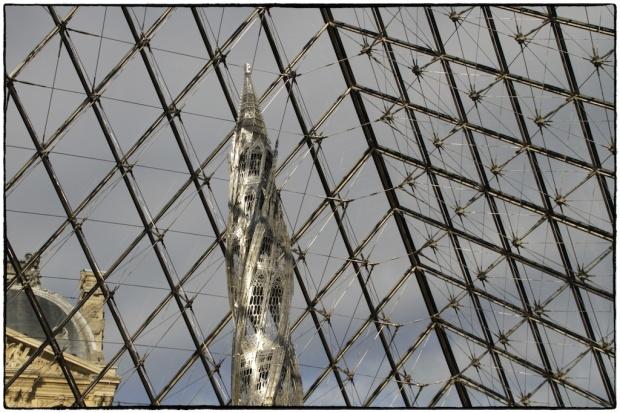 PASSAGE À UNE TERRE NOUVELLE, 21 Décembre 2012,® photo Serge BRIEZ, Pyramide du Louvre Paris