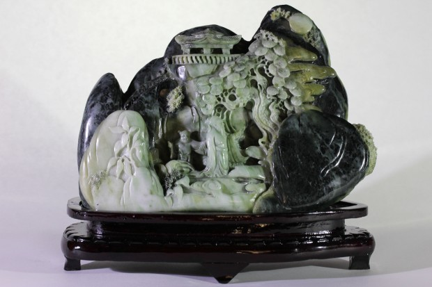 Paysage en Jade sculpté   poids : 5,506 kg  dimensions : 24x28 cm  Origine : Birmanie