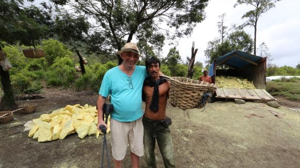 Daniel Briez, au pied d'un volcan d'Indonésie pour la sélection du soufre. Photo Serge Briez ®capmediations