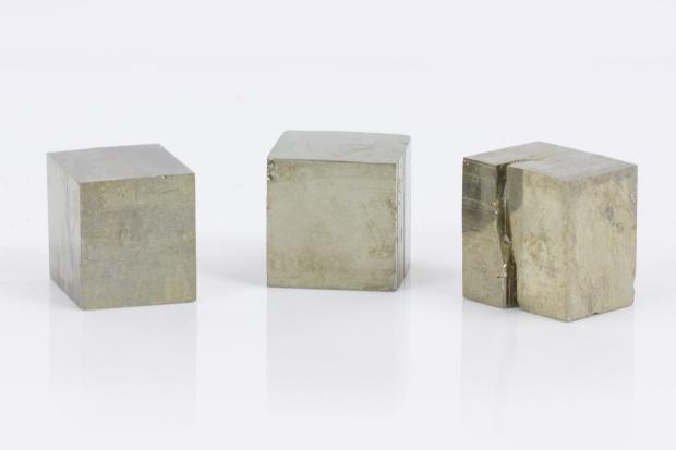 Cubes de PYRITE, photo ®Cristaux et Santé, 2016